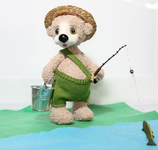 мишка рыболов